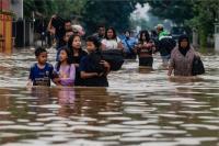 इंडोनेशिया में भीषण बाढ़ से 2 की मौत, सैकड़ों लोगों को हटाया गया