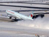 बर्फबारी में फंस गया विमान, पायलट ने उदास यात्रियों को खास अंदाज में  किया खुश