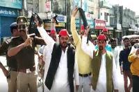 खटीमा पहुंचे सीएम का समाजवादी पार्टी ने किया विरोध, काले झंडे दिखाकर की नारेबाजी